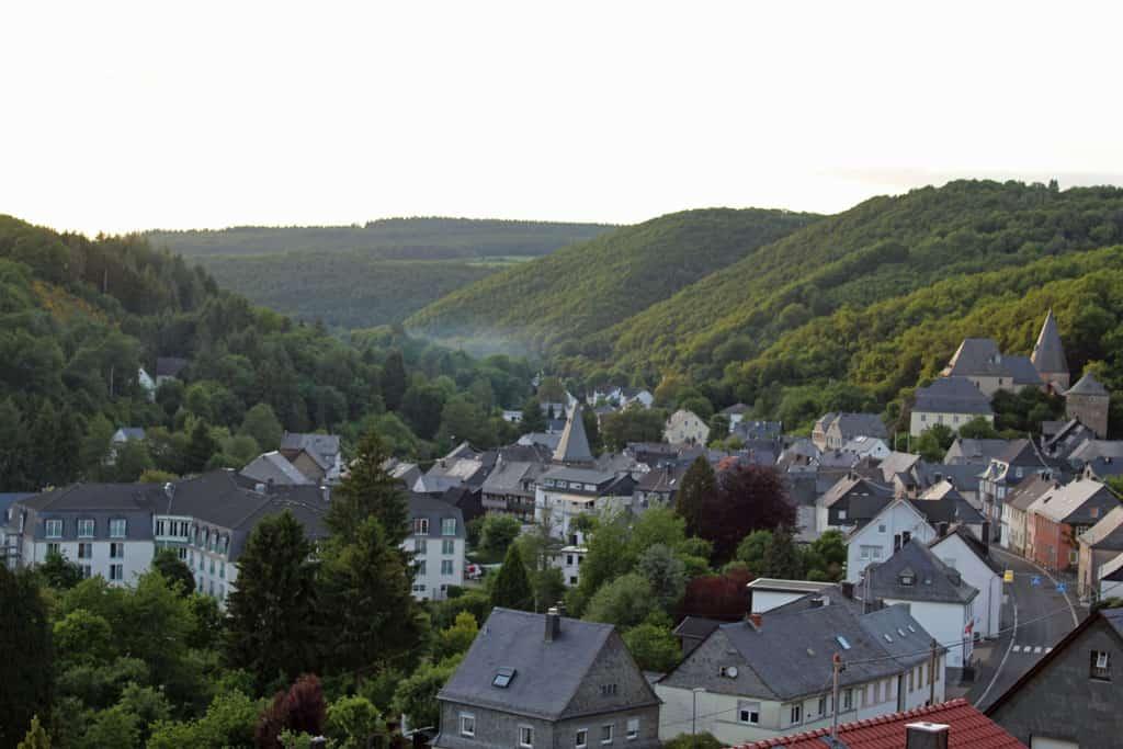 Overzicht van het bergstadje Herrstein met rechtsboven het kasteel en in het midden de klokkentoren