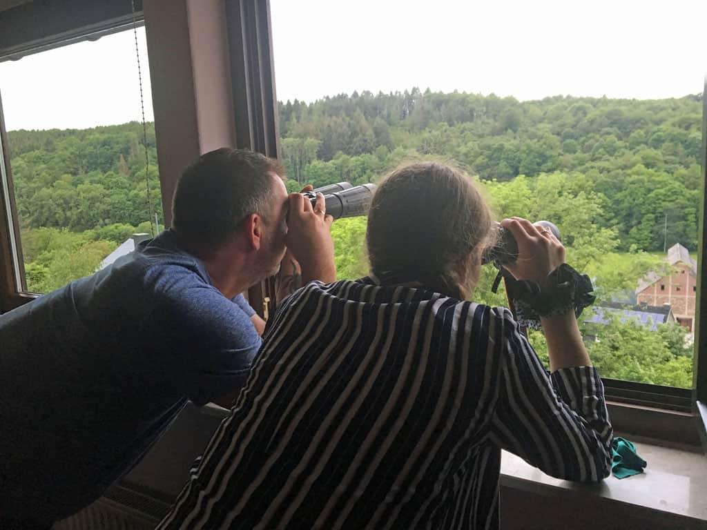 Vanuit de woning genieten we van een prachtig uitzicht over de heuvels. We zien zelfs herten.