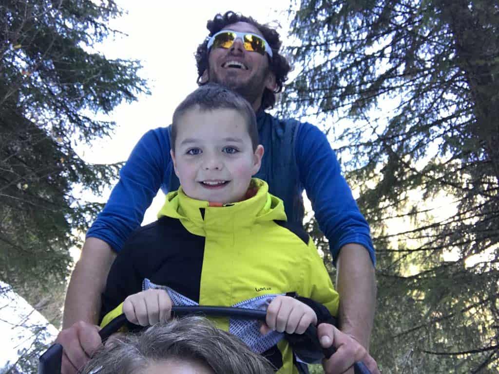 Mijn zoon vindt het fantastisch om achterop de slee te staan.