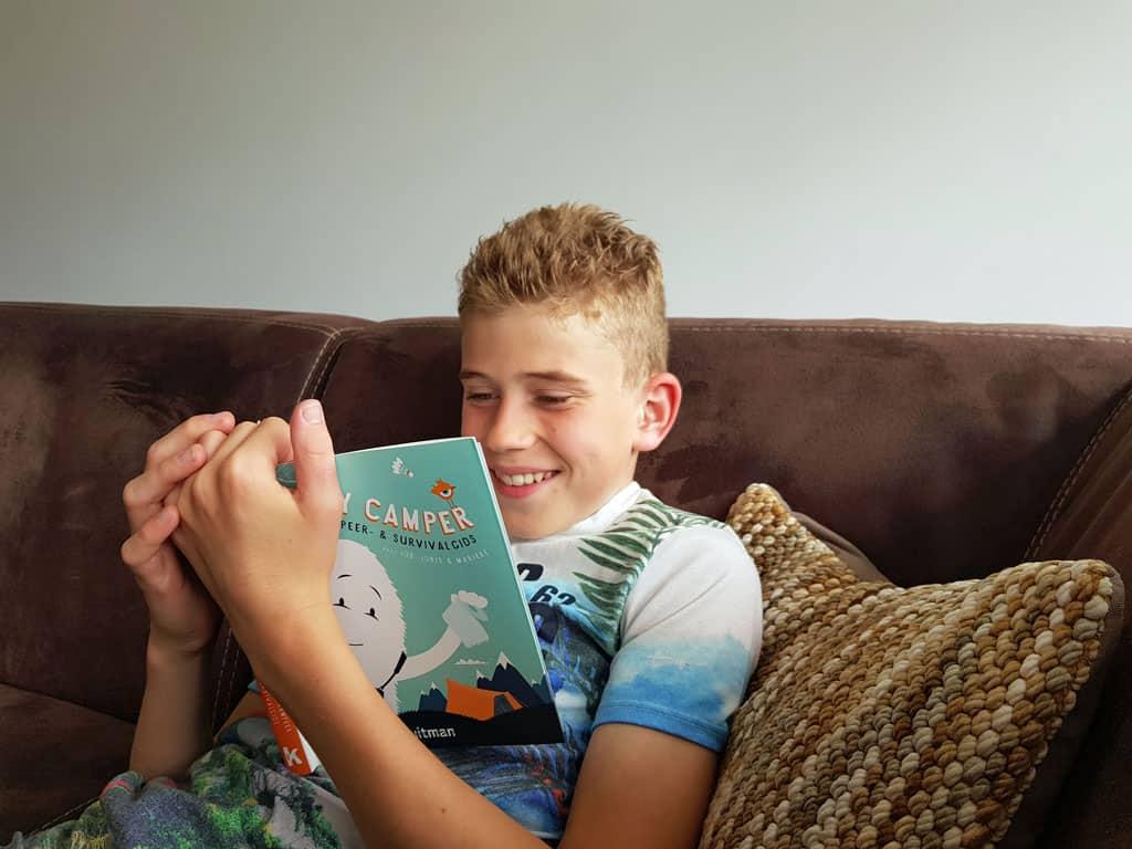 Lachen bij het boek De Happy Camper.