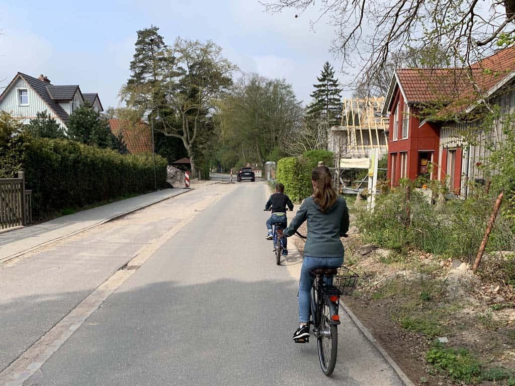 Het eerste stukje fietsen we door Prerow, waar ik vooral kijk naar de fleurige huizen.