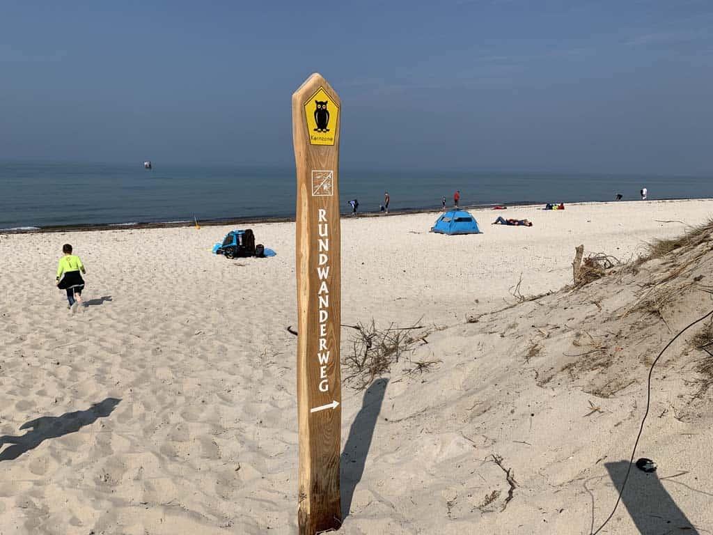 De wandelroute gaat deels over het strand.