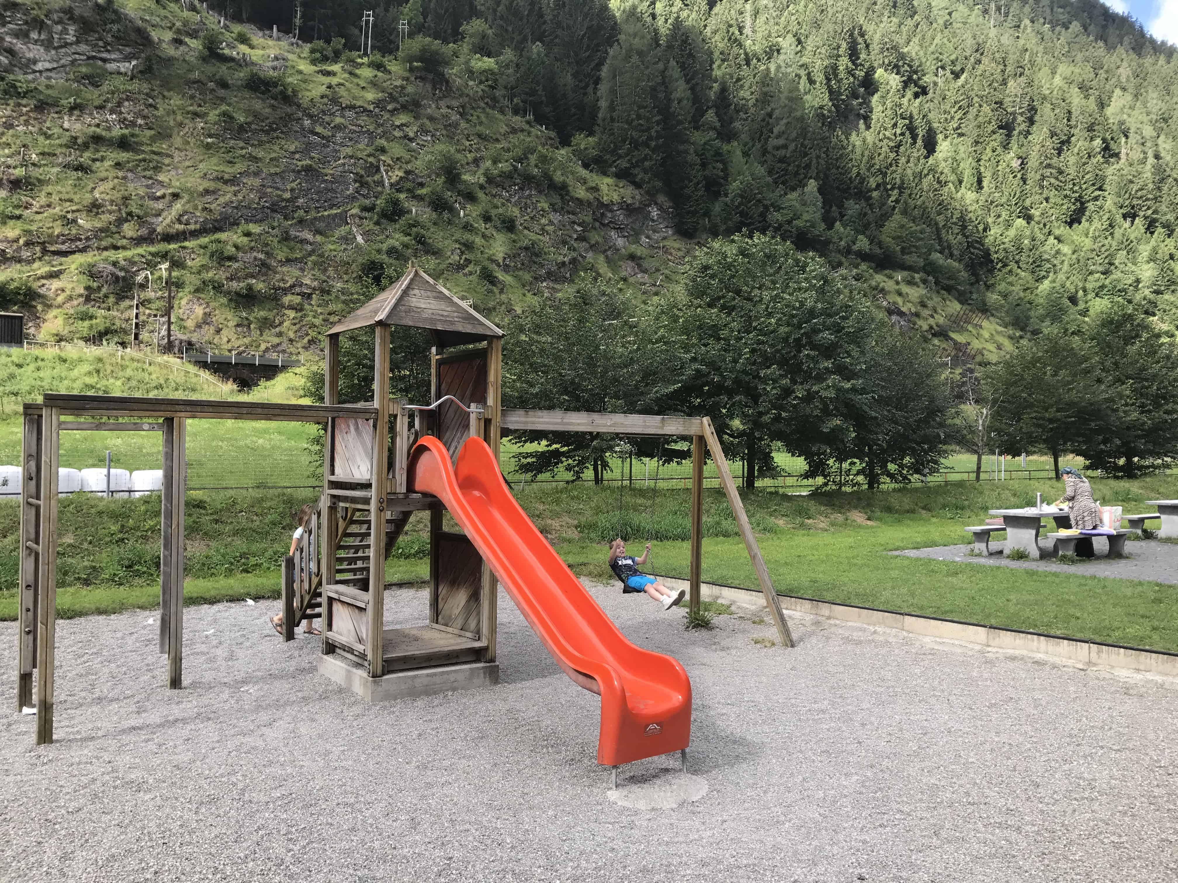 Kindvriendelijke parkeerplaatsen in Zwitserland met speeltuin