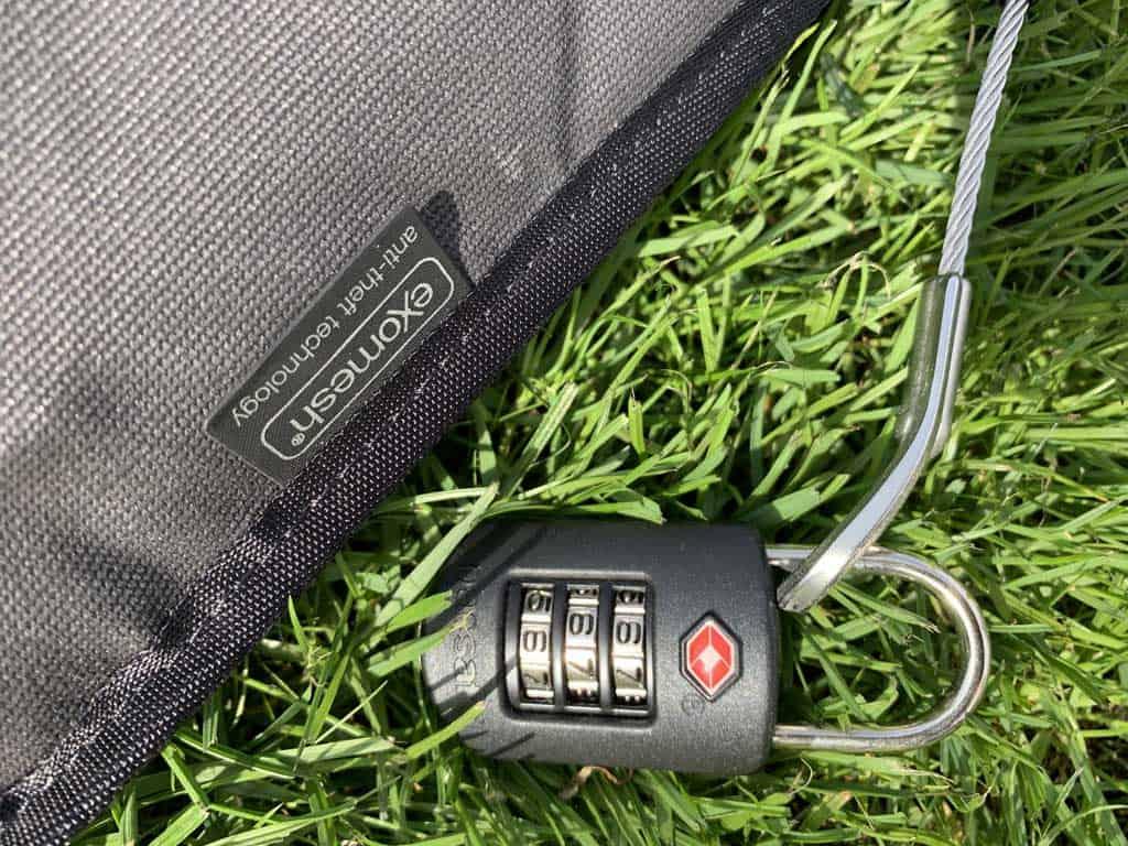 Dit cijferslot zorgt ervoor dat de kluis vast te zetten is en wordt gebruikt om de 'tas' dicht te houden.