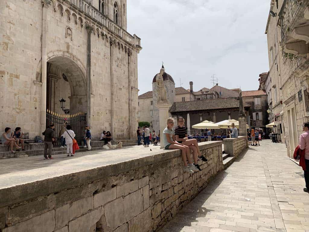 Trogir plein bij de kathedraal