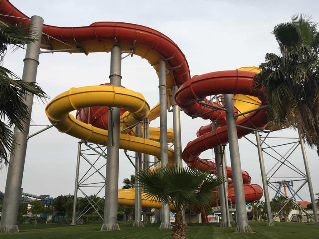 Een van de glijbanen van Aquashow Park.