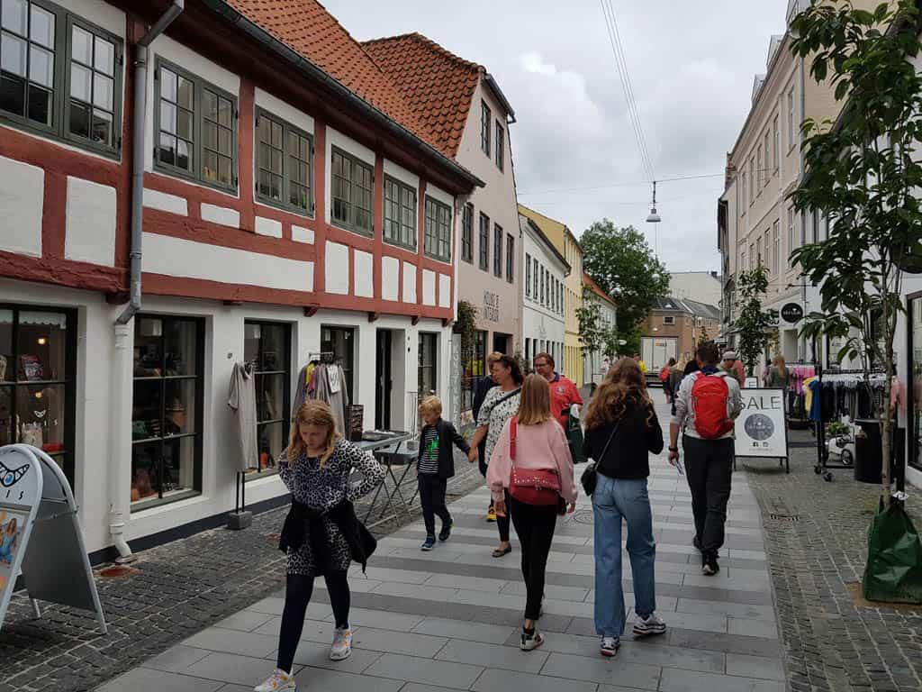 Ronddwalen in de winkelstraat van Aalborg.