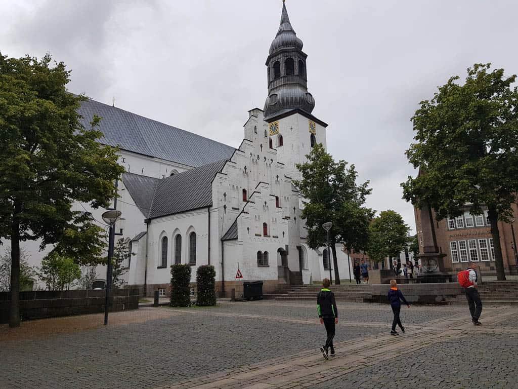 Een stadswandeling is absoluut een must tijdens een citytrip Aalborg met kinderen.