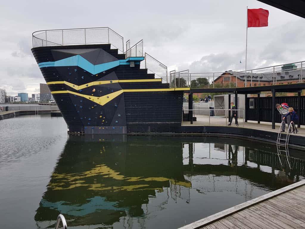 Het zwembad met klimwand in het centrale waterfront.
