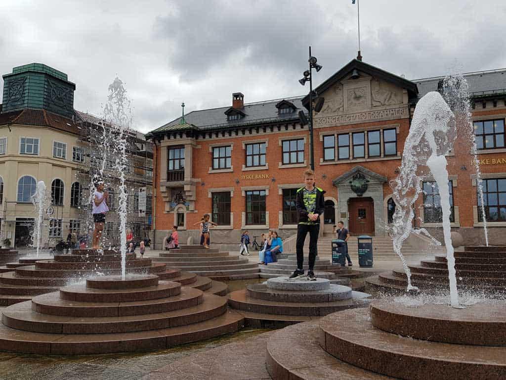Told Bod Plads, een leuk plein vol oude gebouwen en met een leuk waterkunstwerk.