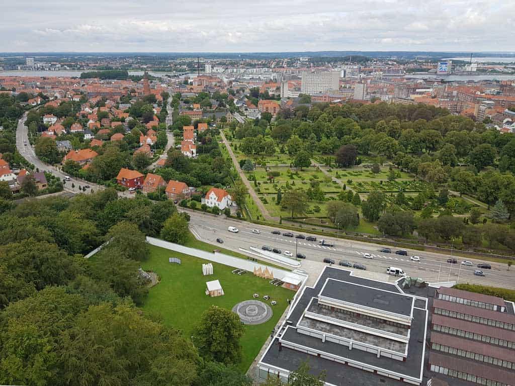 Het uitzicht is prachtig. Op de voorgrond ligt het Museum voor Moderne Kunsten.