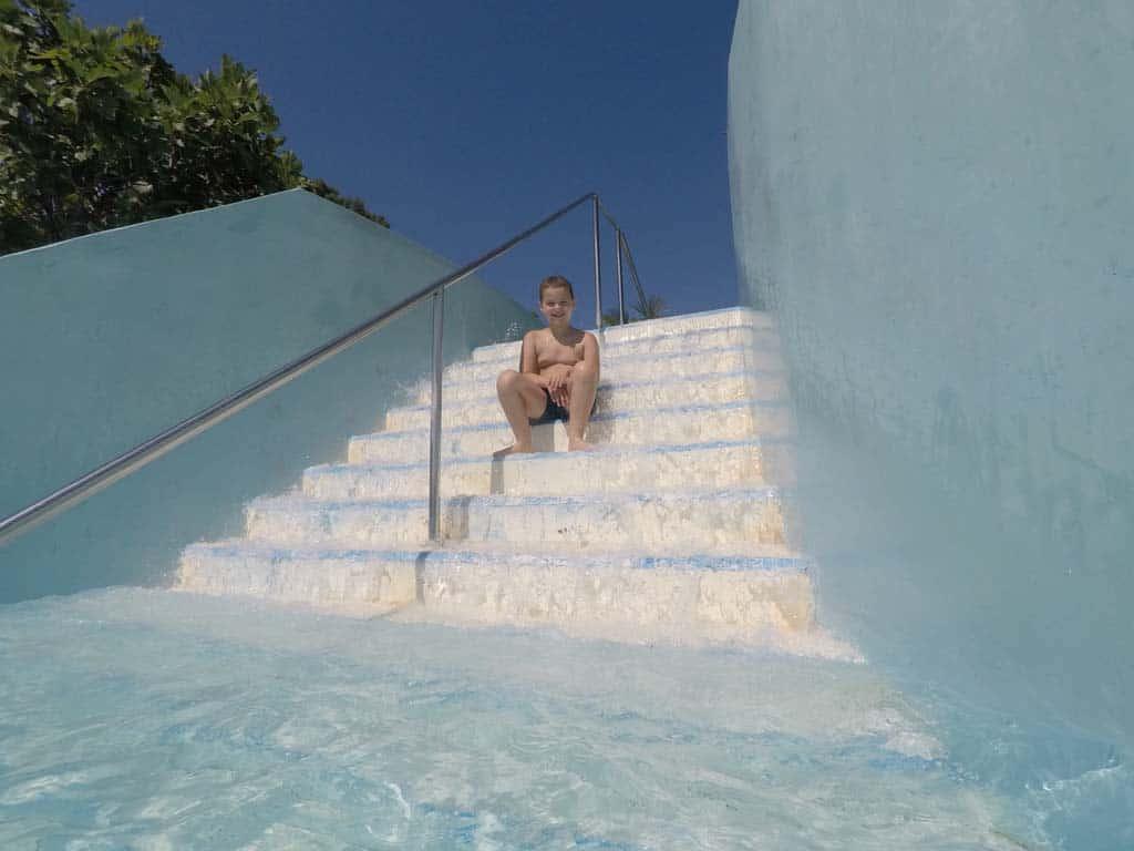 De twee gedeeltes van de relax pool zijn met elkaar verbonden door middel van deze trap met water.
