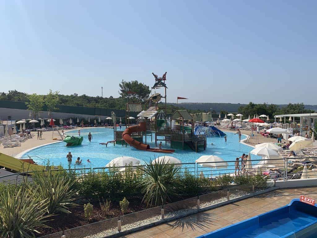 Middenin het zwembad voor de kleinste kinderen staat een piratenschip.