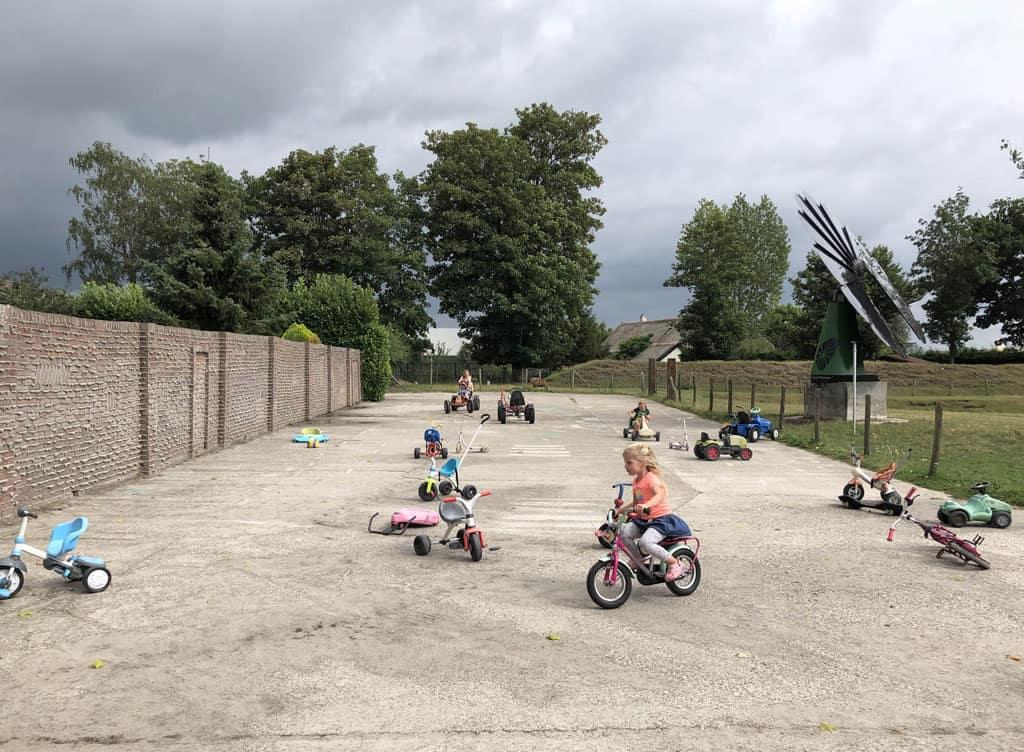 Grote speelplaats met allerlei fietsen