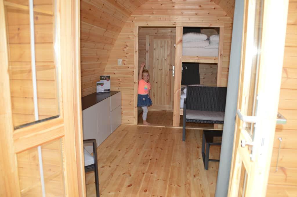Wat ziet de luxe camping villa er mooi uit van binnen, het is net echt kamperen maar dan in een huisje.