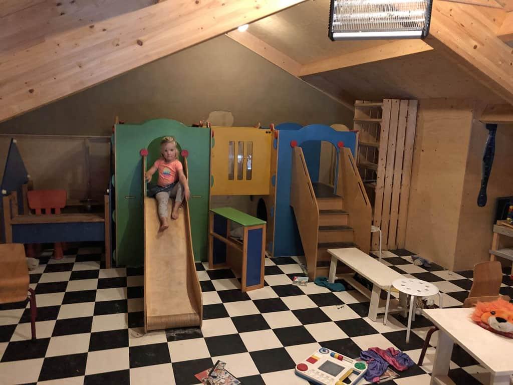 Speelzolder in de recreatieruimte