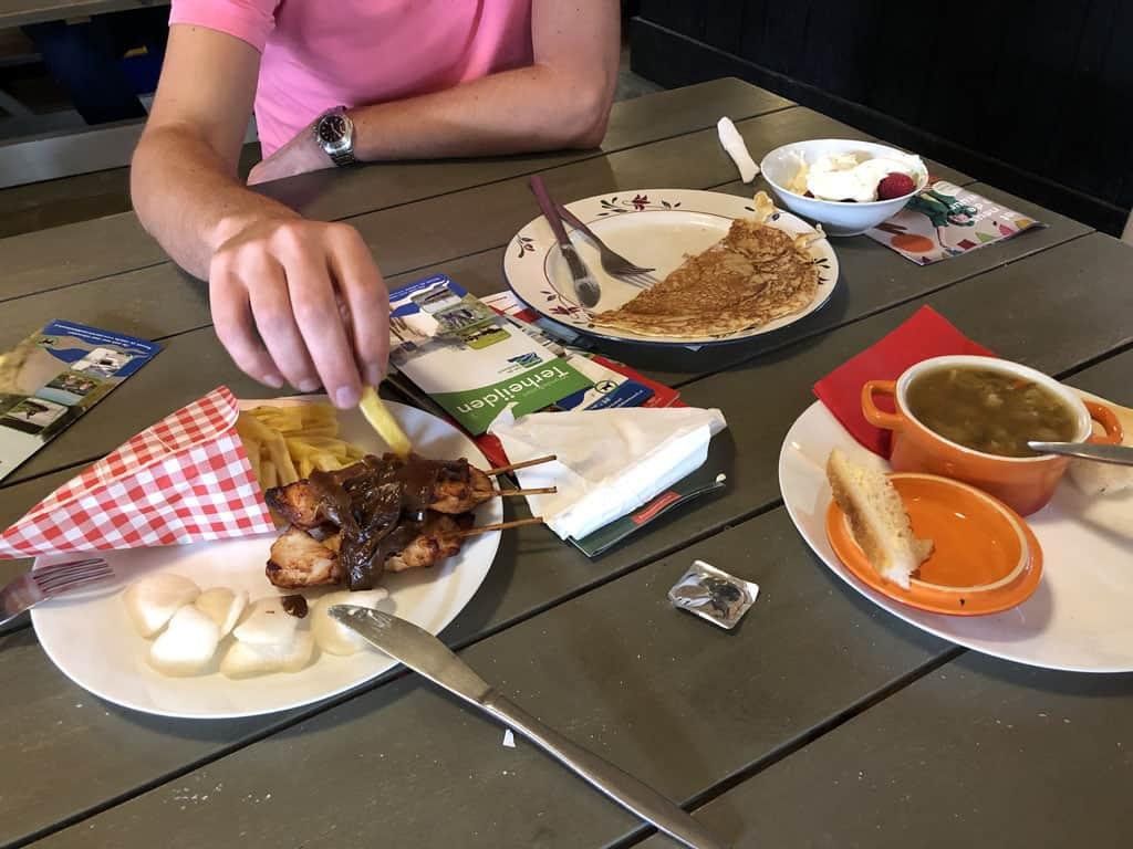 Selectie van het eten van de kleine kaart: Saté, pannenkoek met fruit en groentesoep