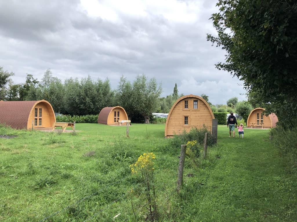 De vijf luxe camping villa's. Rustig gelegen tussen een weiland en de camping.