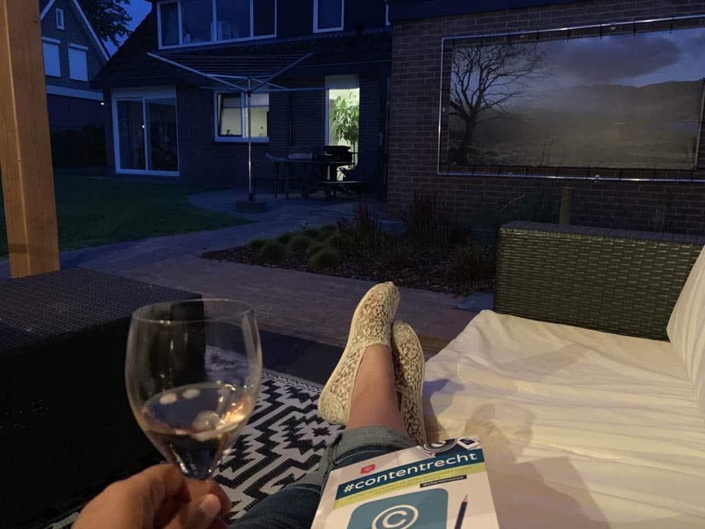 Langzaam opstarten... op de warme zomerse avonden met een wijntje en een boek in de tuin.