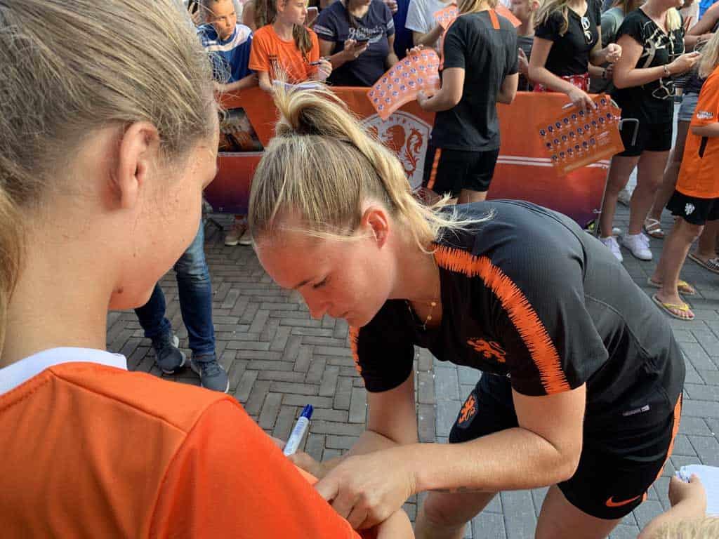 Handtekeningen verzamelen van de Oranjeleeuwinnen.