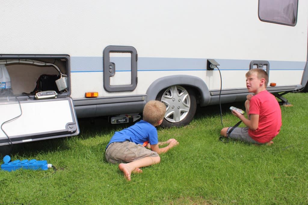 Onze jongens bestuderen de mover. K. (rechts) heeft de afstandsbediening vast. Links in het zijvak is het accupakket gemonteerd.