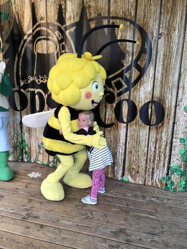 Gelukkig kan onze dochter bij de tweede foto Maya een hele dikke knuffel geven