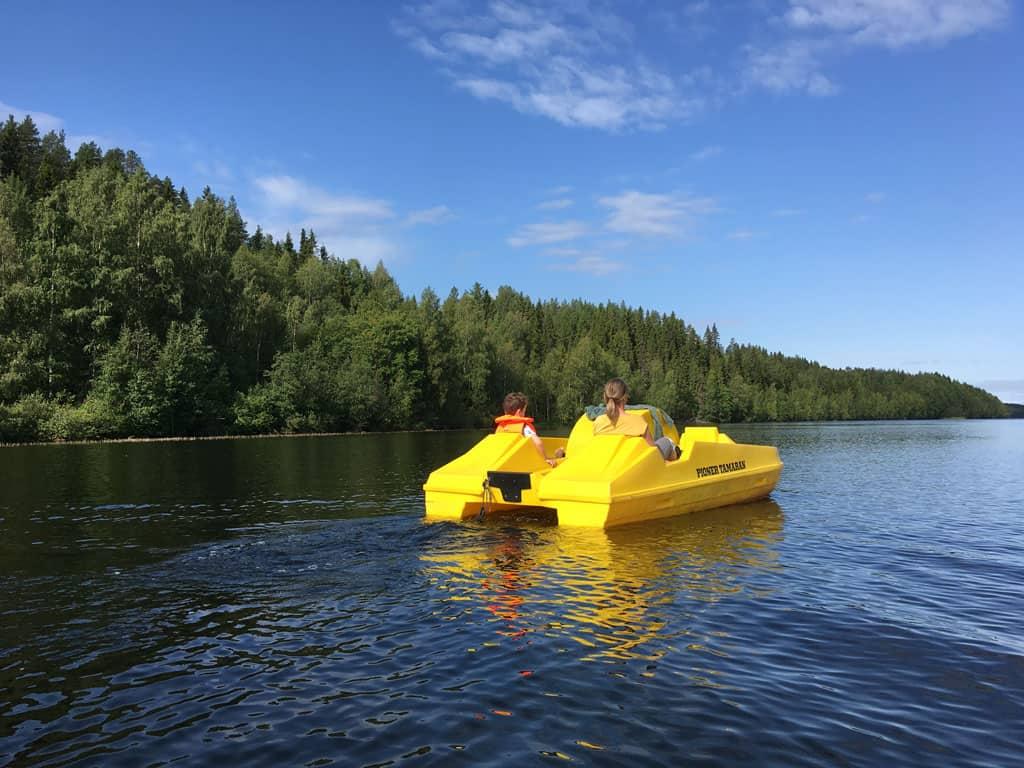Ook op de waterfiets is het genieten van de mooie natuur in noordelijk Zweden.
