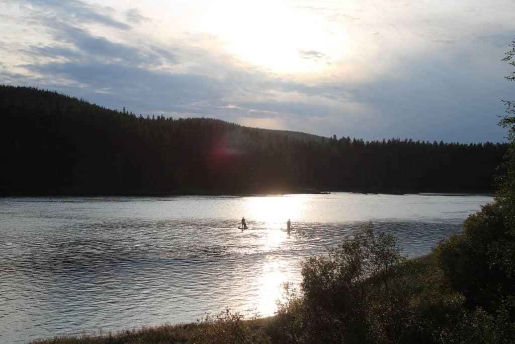 Daar gaan we, de rivier op. Het is onze eerste stand up paddling, maar wat is het fijn.