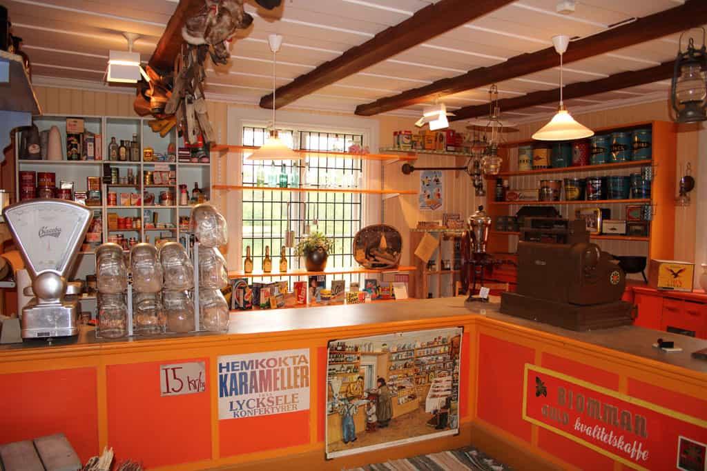 Nostalgisch plaatje dit. Het is een winkeltje van vroeger, een van de vele museale gebouwen in Gammplatsen.