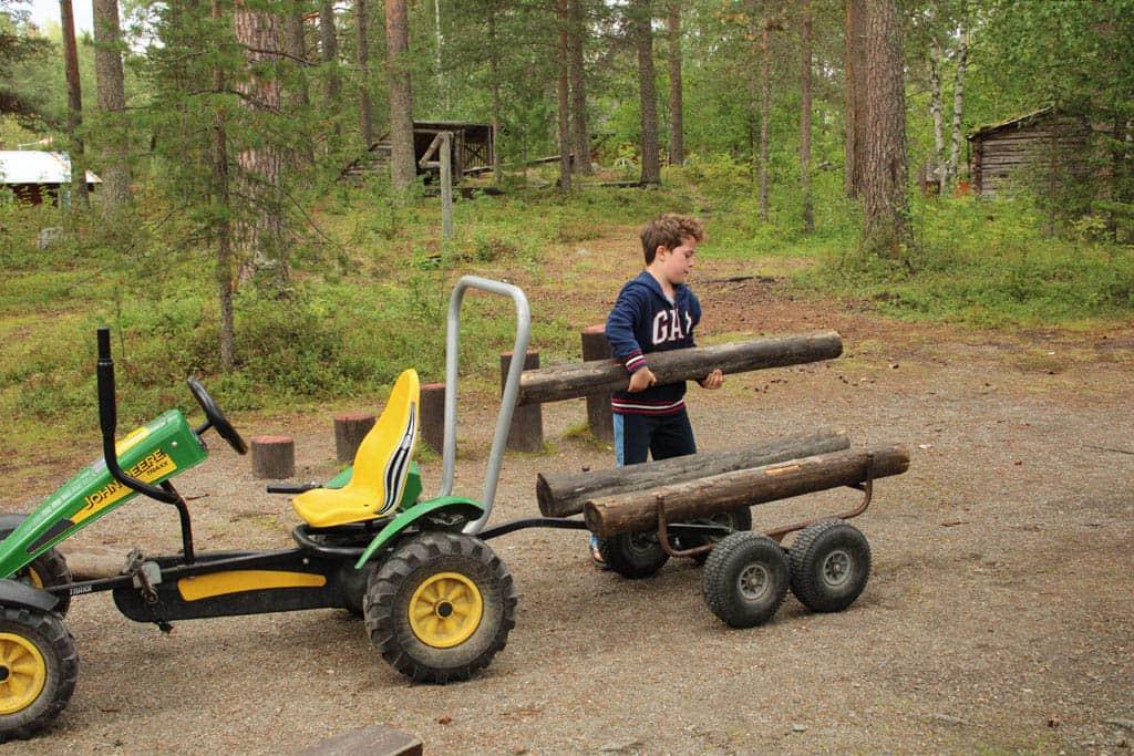 Of ze dit soort moderne tractoren hadden in 1650 betwijfel ik, maar onze bosbouwer is in ieder geval druk aan het werk.