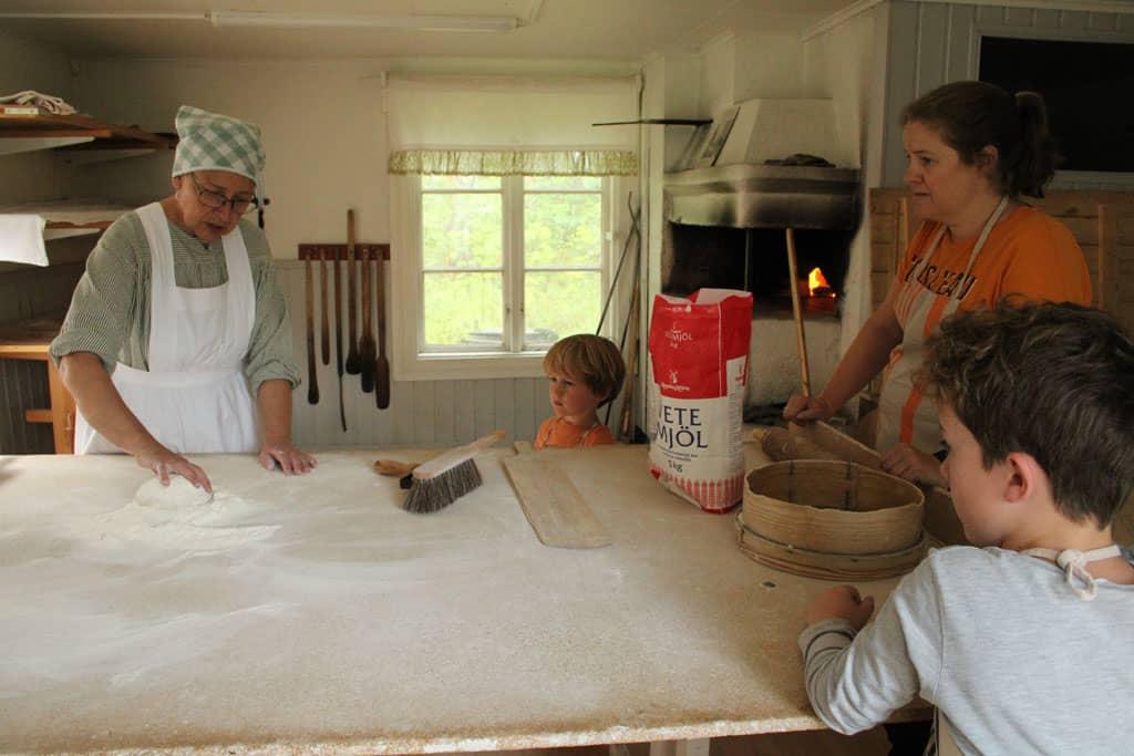 Karin leert ons Zweeds brood bakken.