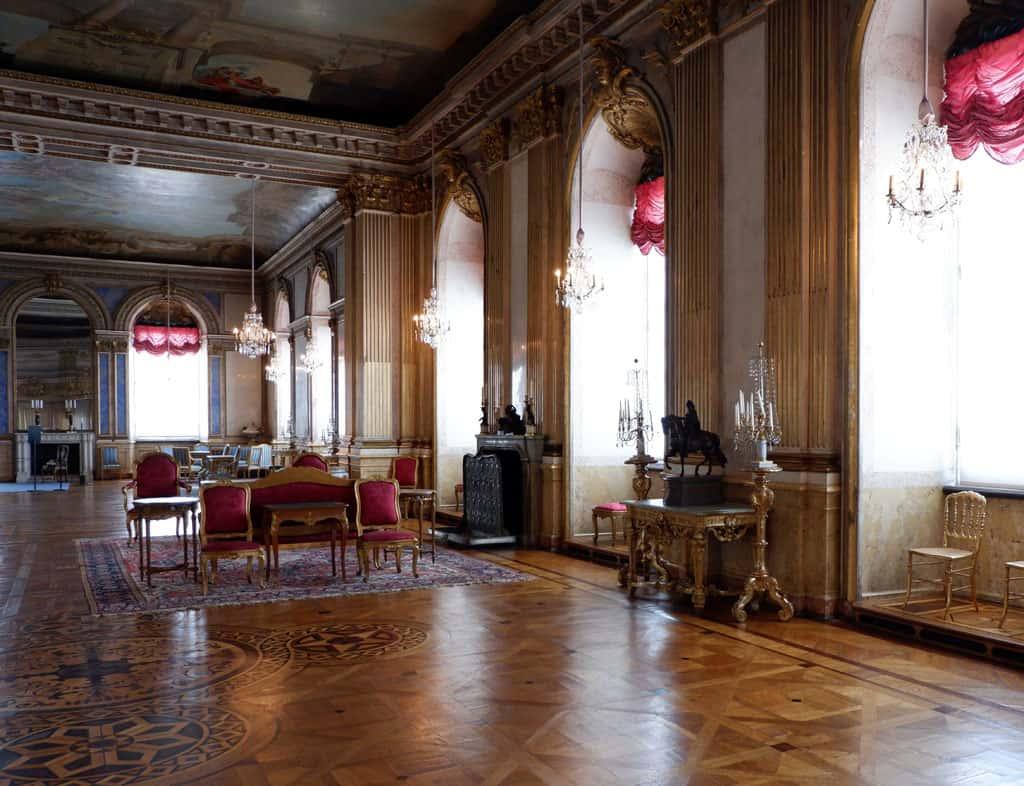 Een van de vele salons in het paleis