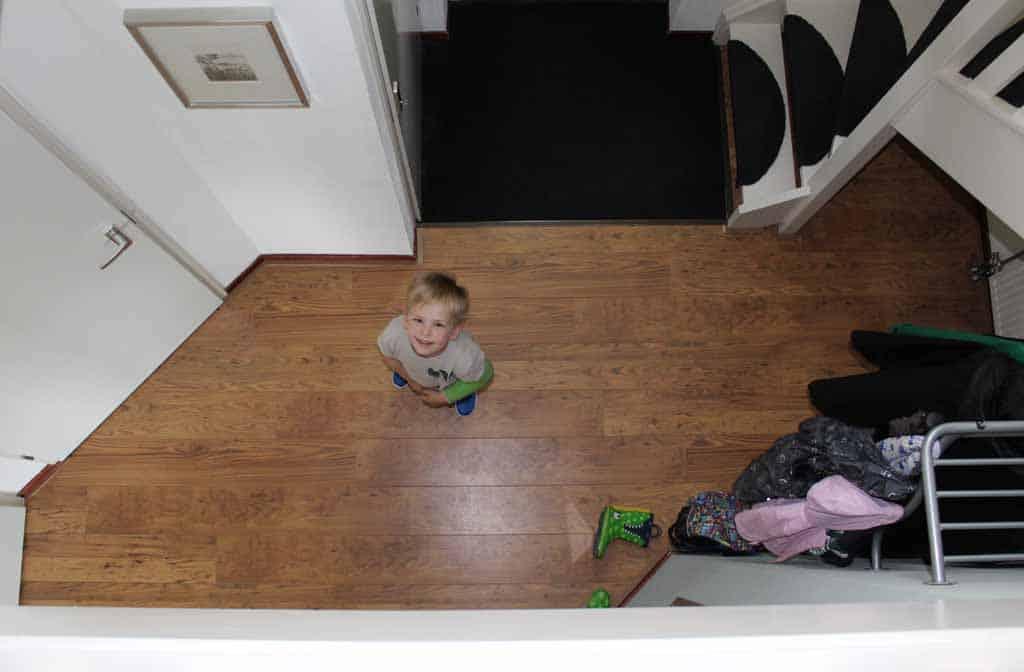 De ruime hal gezien vanaf de bovenverdieping