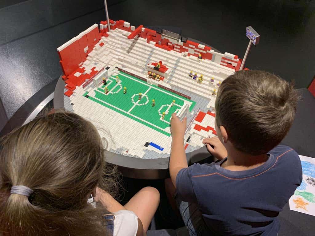 Verder bouwen aan een stadion van LEGO.