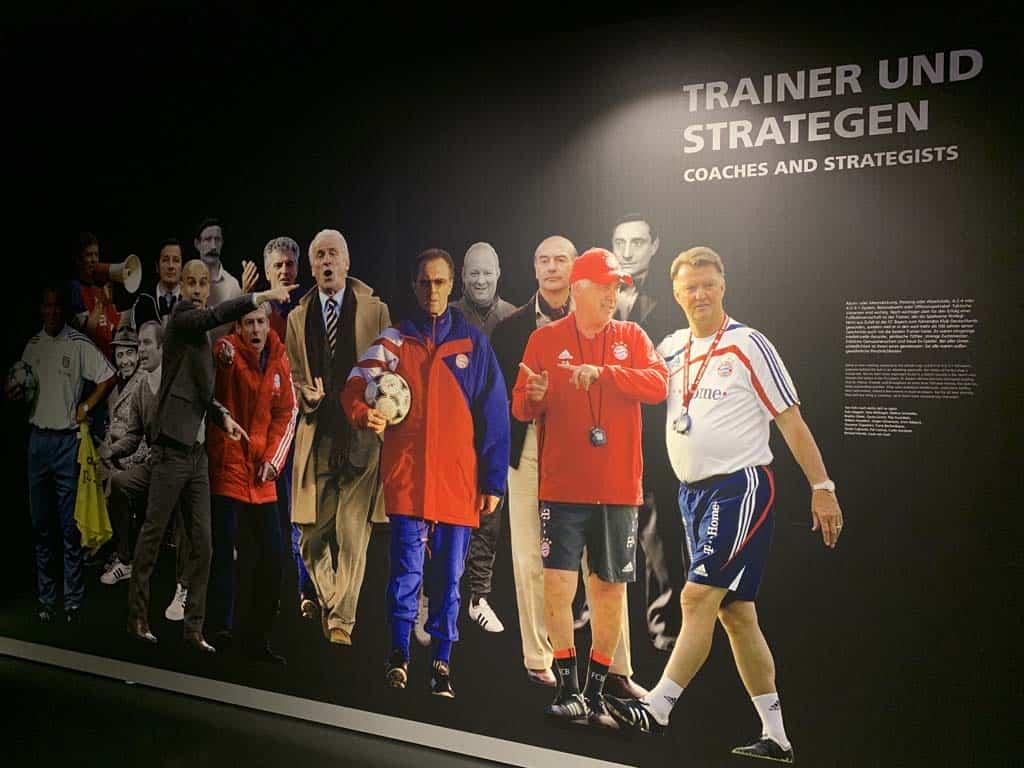 Op het bord over de trainers spot ik nog een bekende Nederlander.