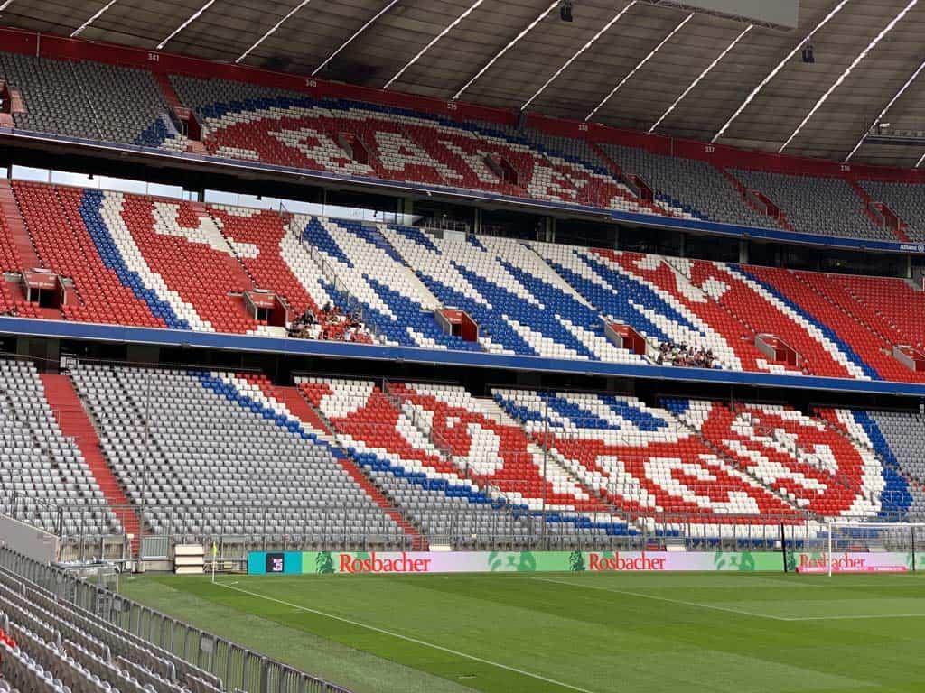 Het logo van Bayern München, gemaakt met verschillende kleuren stoelen.