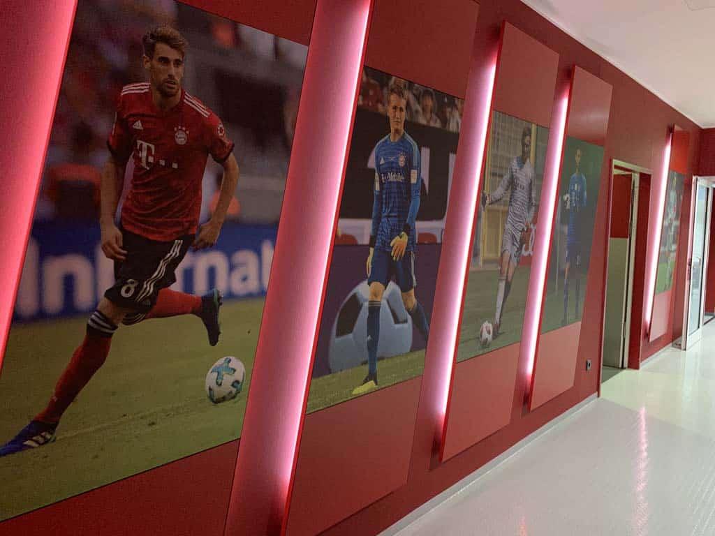 Overal zien we de rode kleur terug in de ruimtes van de voetbalclub.