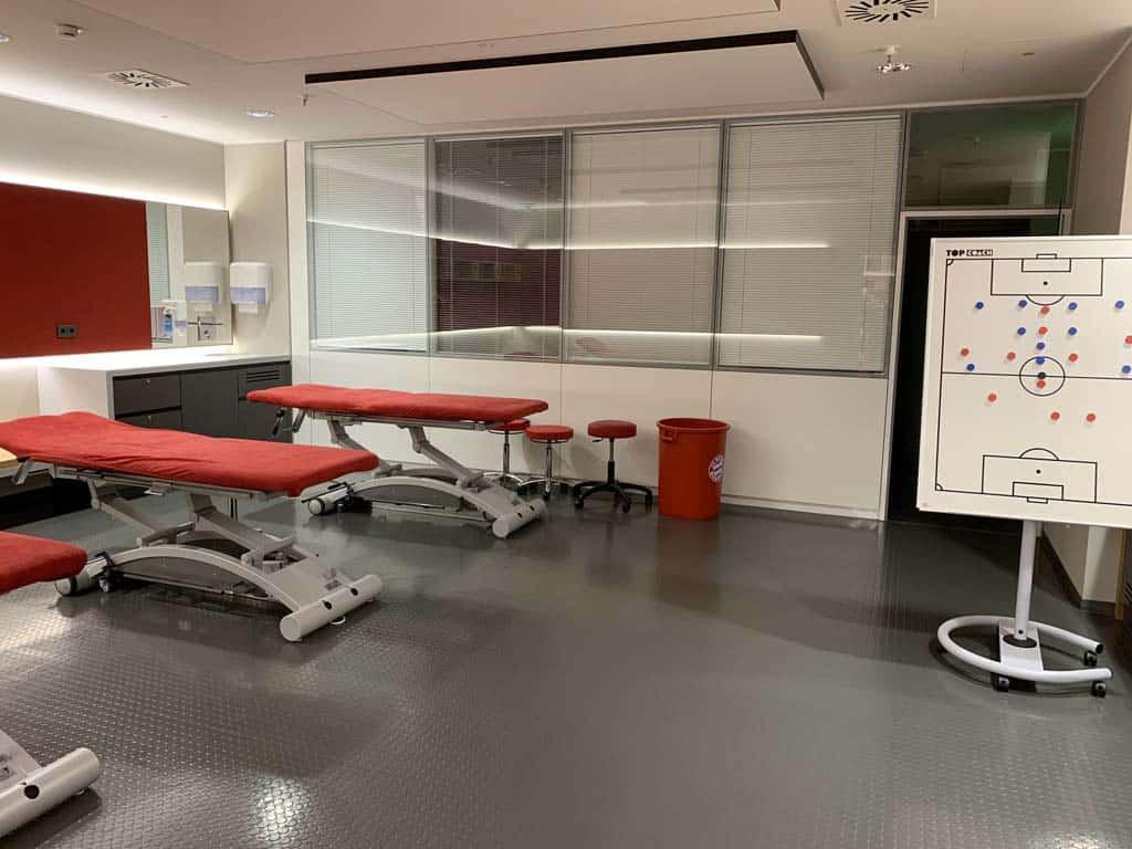 Daarnaast is deze behandelkamer te vinden.