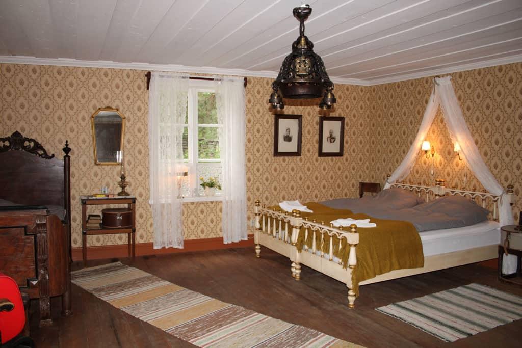 De matrassen zijn nieuw en liggen heerlijk, maar verder ademt de slaapkamer historie.