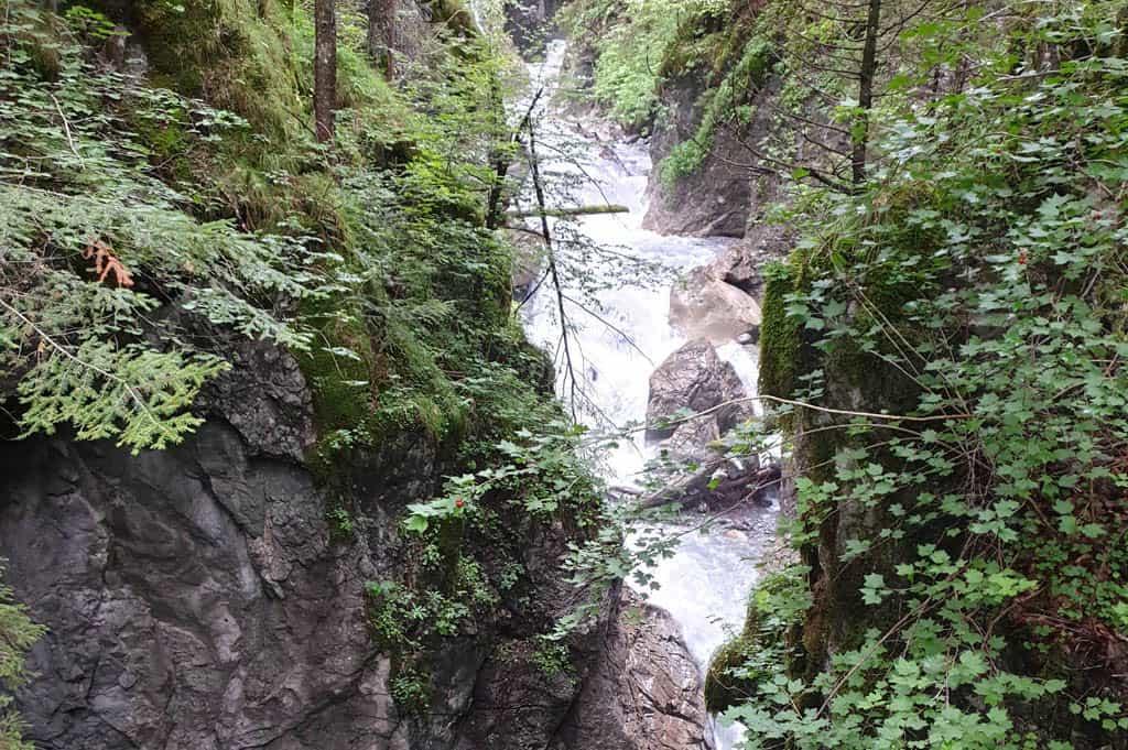 De rivier raast door de kloof