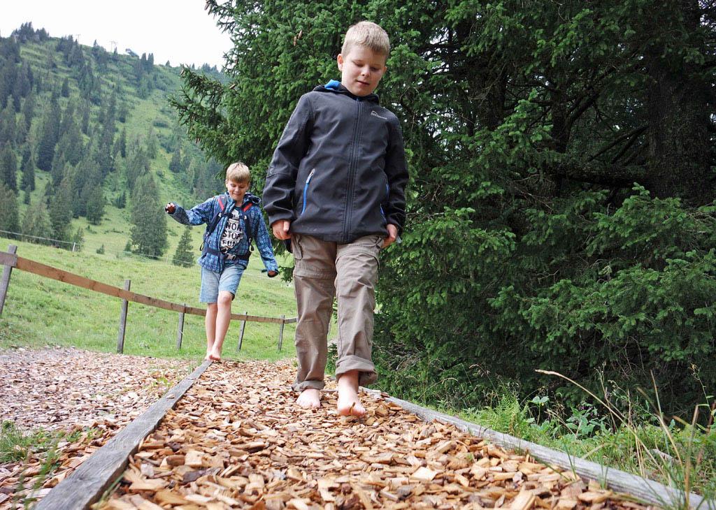 Even wennen dat gevoel van houtsnippers aan je voeten brandnertal-wandelen-met-kinderen
