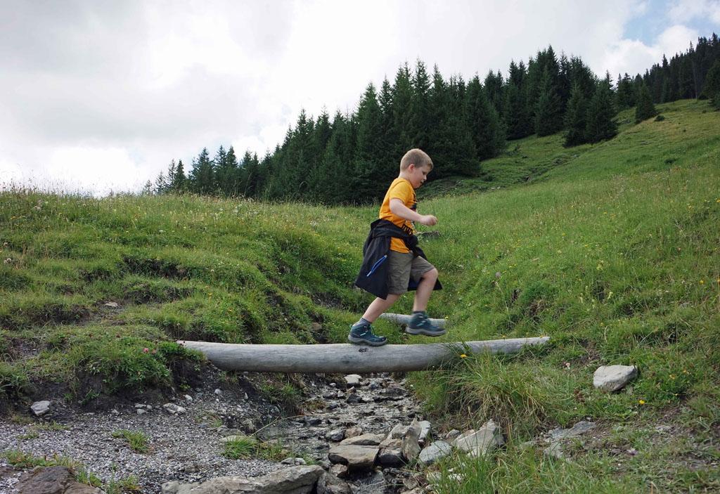 Af en toe balanceren maakt het wandelen leuk brandnertal-wandelen-met-kinderen