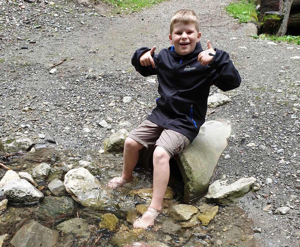 Ik heb het gedaan! Nu voeten afspoelen in het water Brandnertal-Wandelen-met-kinderen