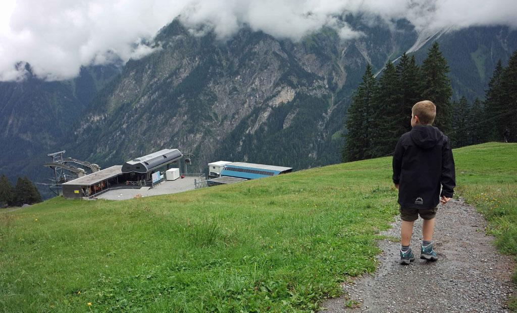 En weer terug naar het bergstation van de Dorfbahn om naar beneden te gaan brandnertal-wandelen-met-kinderen