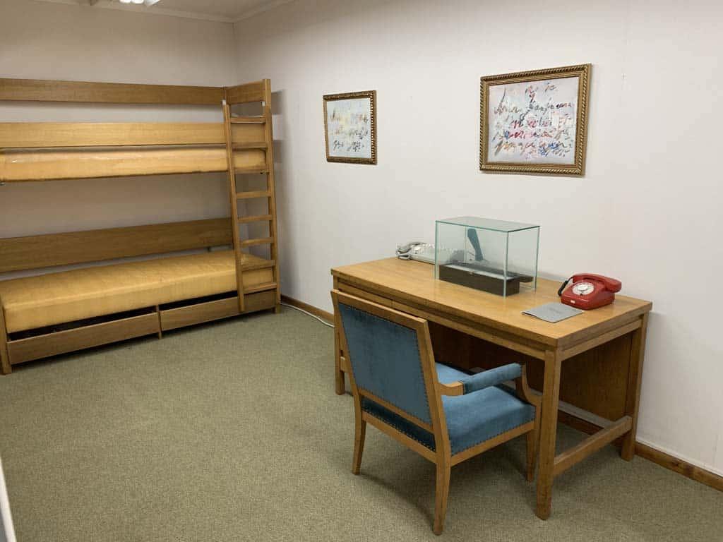 Een van de andere slaapkamers, elders in de bunker.