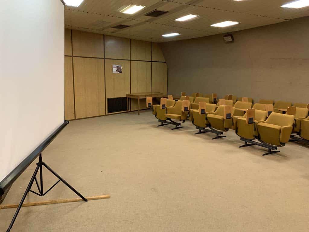Er zijn zelfs grote vergaderkamers die geschikt zijn voor presentaties.