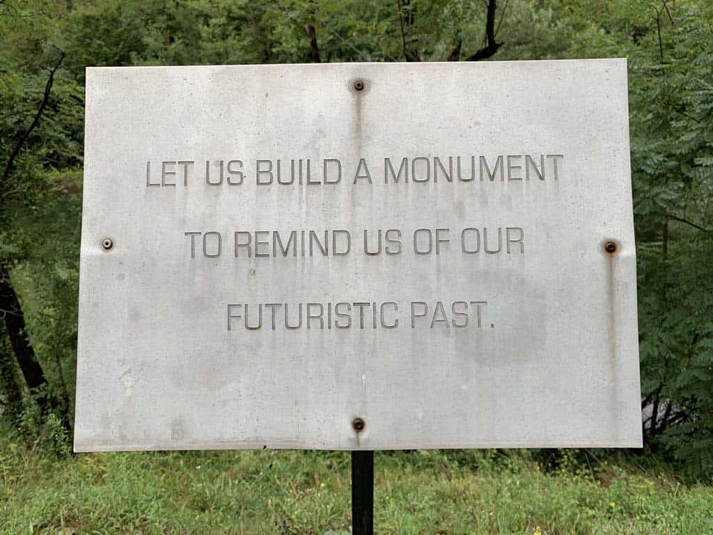 """""""Let us build a monument to remind us of our futuristic past"""" staat op het bordje voor de ingang naar de burger. Een hele toepasselijke zin."""