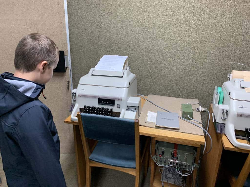 De typemachines worden uitgebreid bekeken.