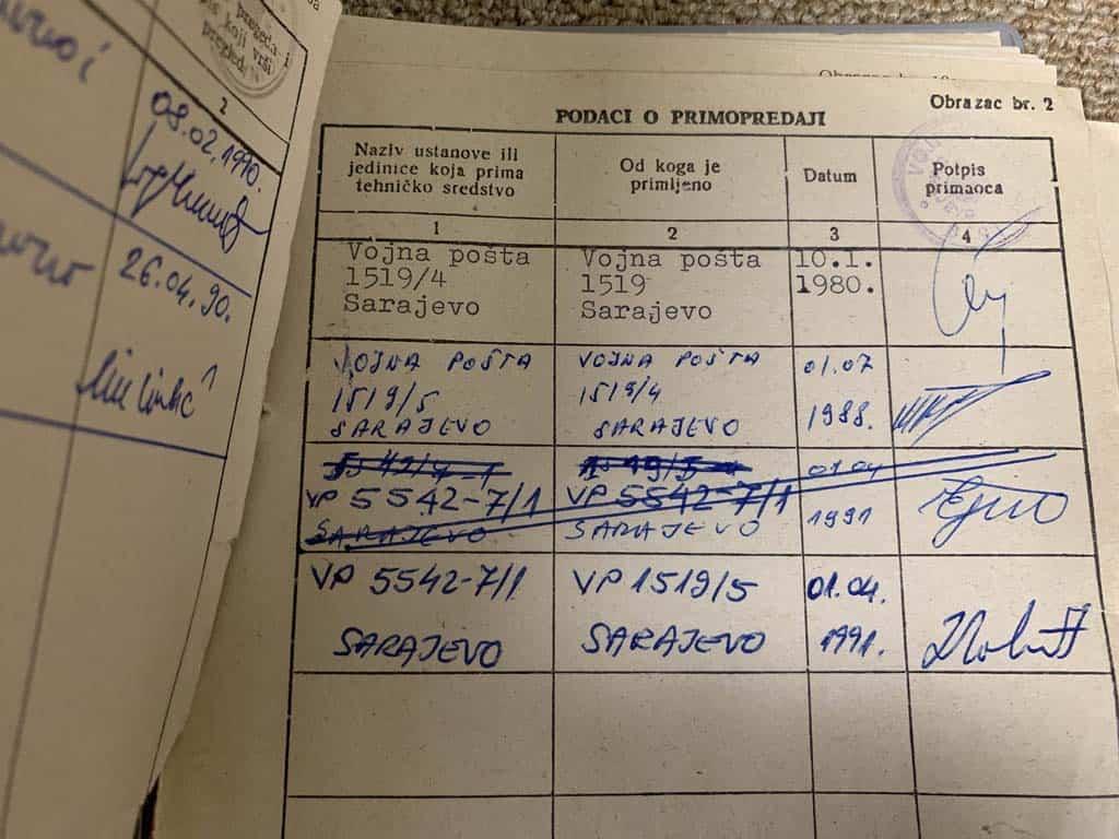 Even bladeren in een van de controleboekjes van het onderhoud van de typemachines.
