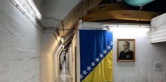 De lange gang in de bunker. Met natuurlijk een foto van Tito.